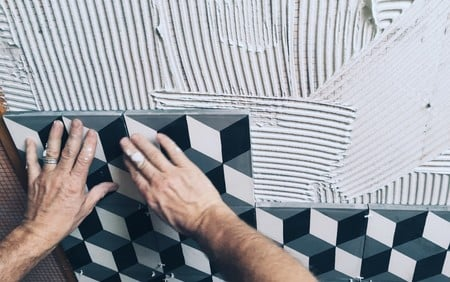 tiling-dirty-hands_t20_g8lNBz